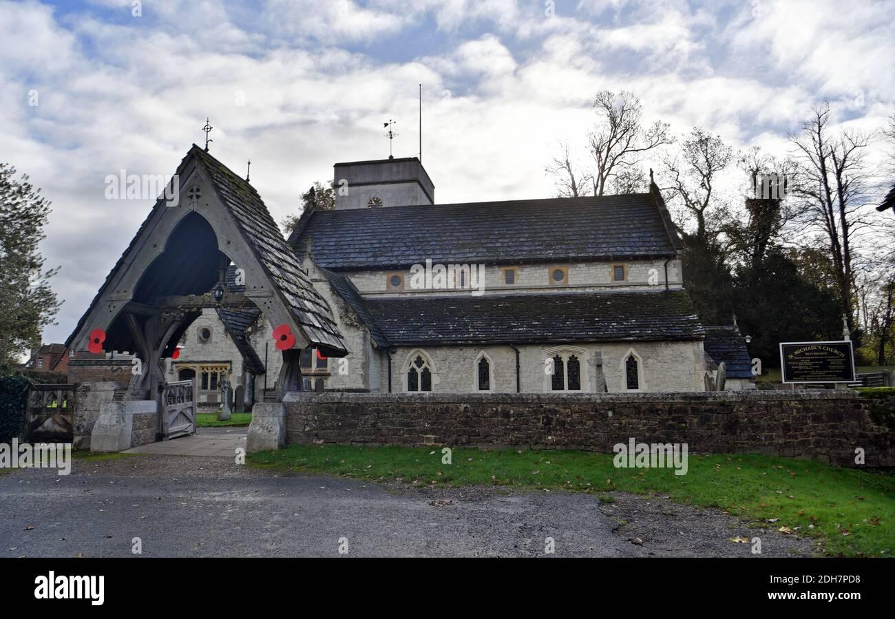 GV de la Iglesia de San Miguel, Church Street, Betchworth, presentado en cuatro bodas y un funeral, el jueves 12 de noviembre de 2020. Foto de stock