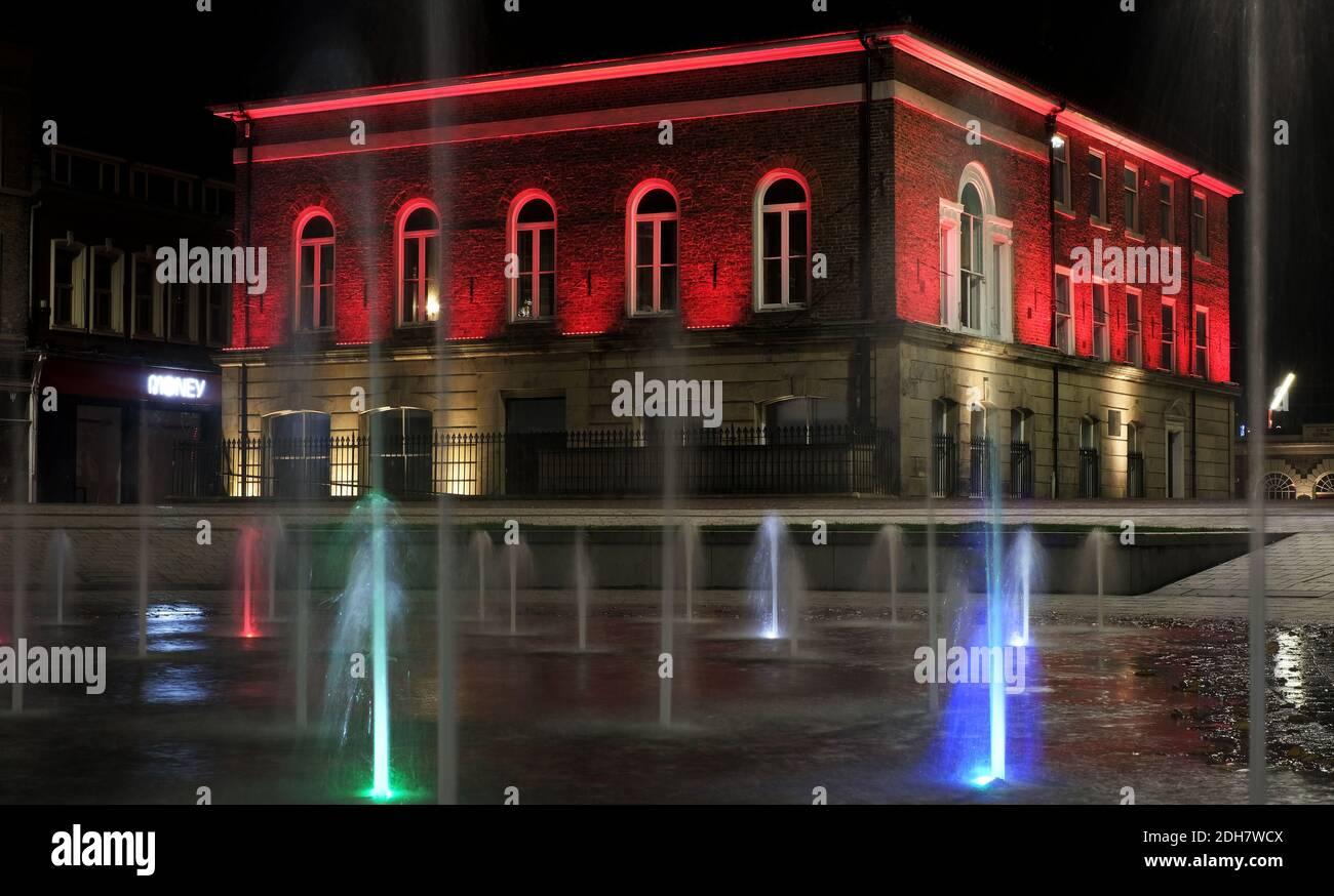Los puntos de referencia al otro lado de Teesside se volvieron rojos para marcar el día de la memoria.Stockton Town Sala Foto de stock
