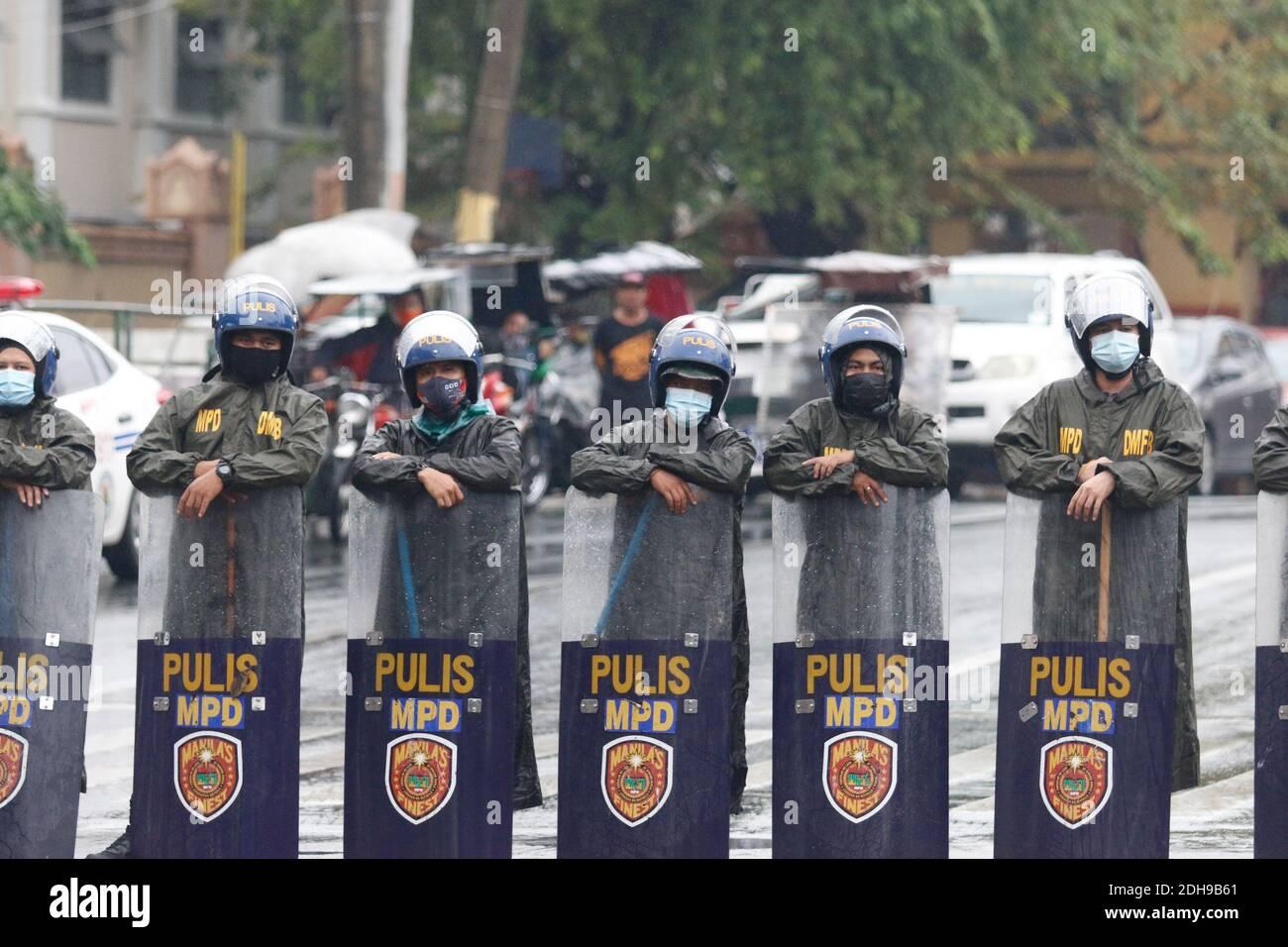 Manila, Filipinas. 10 de diciembre de 2020. Los agentes de policía mantienen sus escudos y palos mientras forman una línea para impedir que los manifestantes entren en los locales cercanos a la oficina del presidente en Mendiola. Crédito: Mayoría Mundial CIC/Alamy Live News Foto de stock