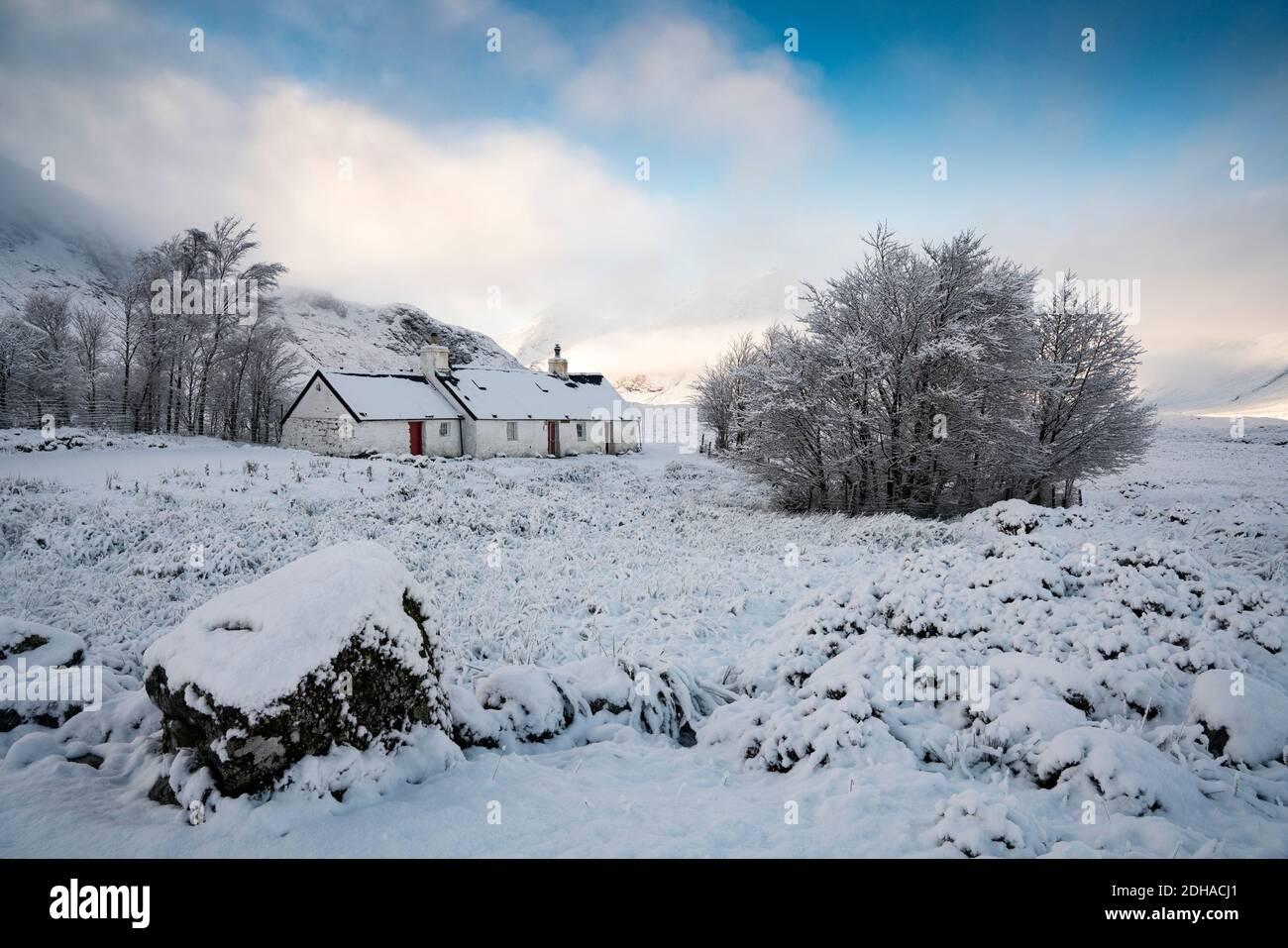 Paisaje invernal cubierto de nieve de Glen Coe en Blackrock Cottage en Scottish Highlands, Escocia, Reino Unido Foto de stock