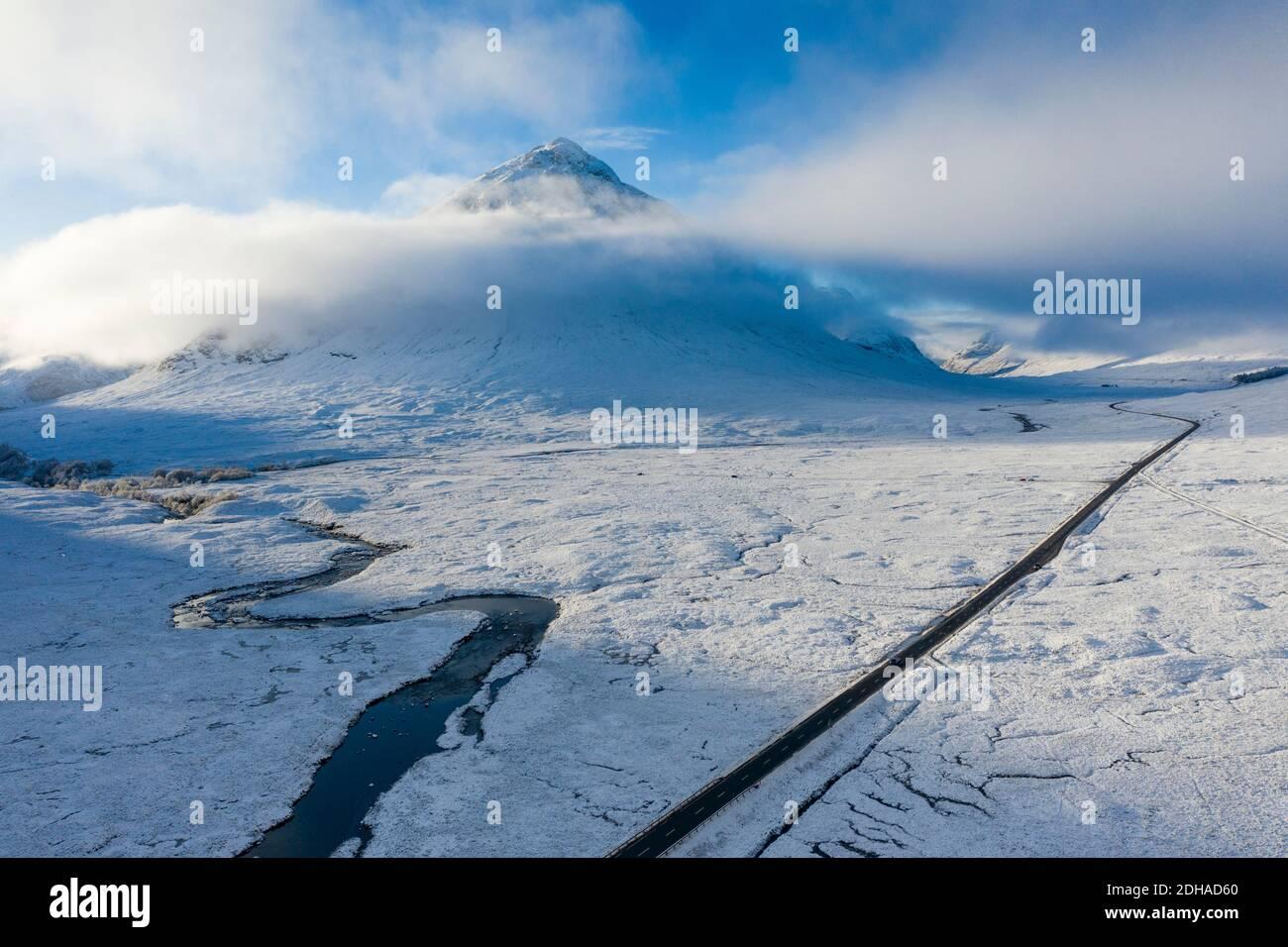 Vista aérea cubierto paisaje de invierno de Glen Coe en las tierras altas de Escocia, Escocia, Reino Unido Foto de stock