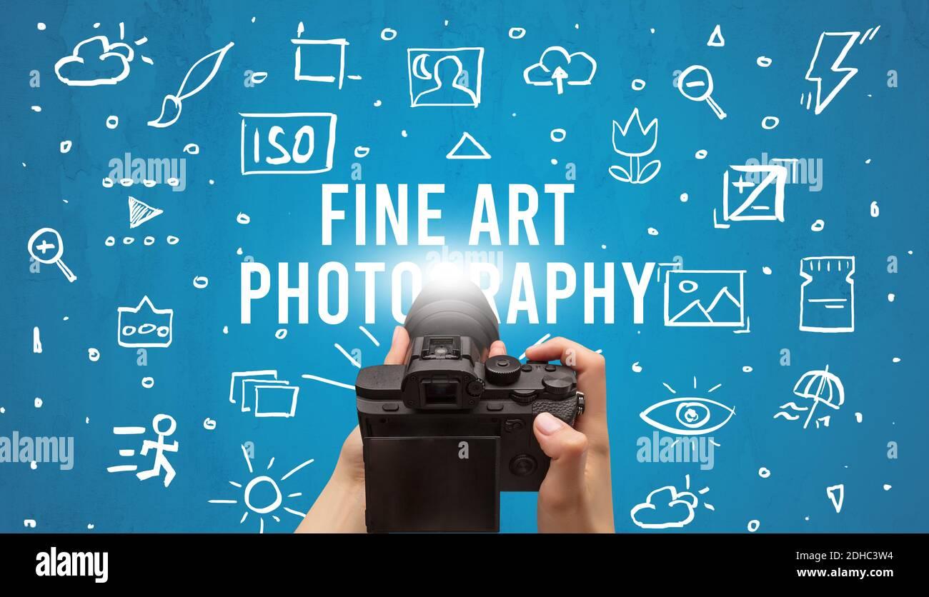 Toma de fotografías a mano con cámara digital e inscripción DE FOTOGRAFÍA DE ARTE, concepto de ajustes de cámara Foto de stock