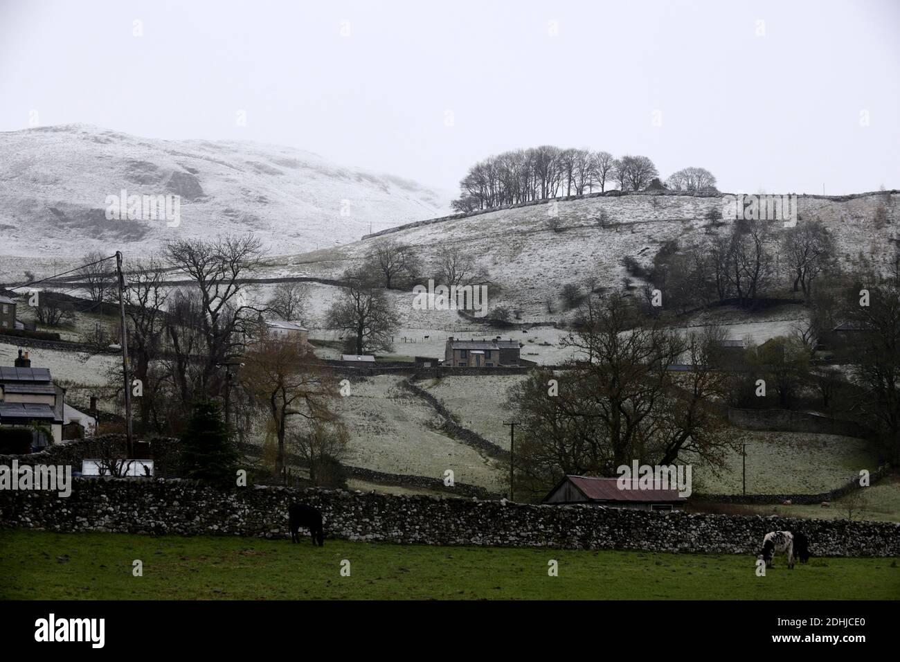En la foto se ve una escena nevada en los valles de Yorkshire por encima del asentamiento.tiempo nieve invierno nevando Foto de stock