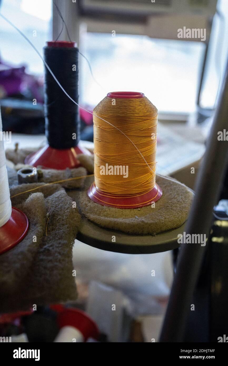 bobinas de hilo de coser Foto de stock