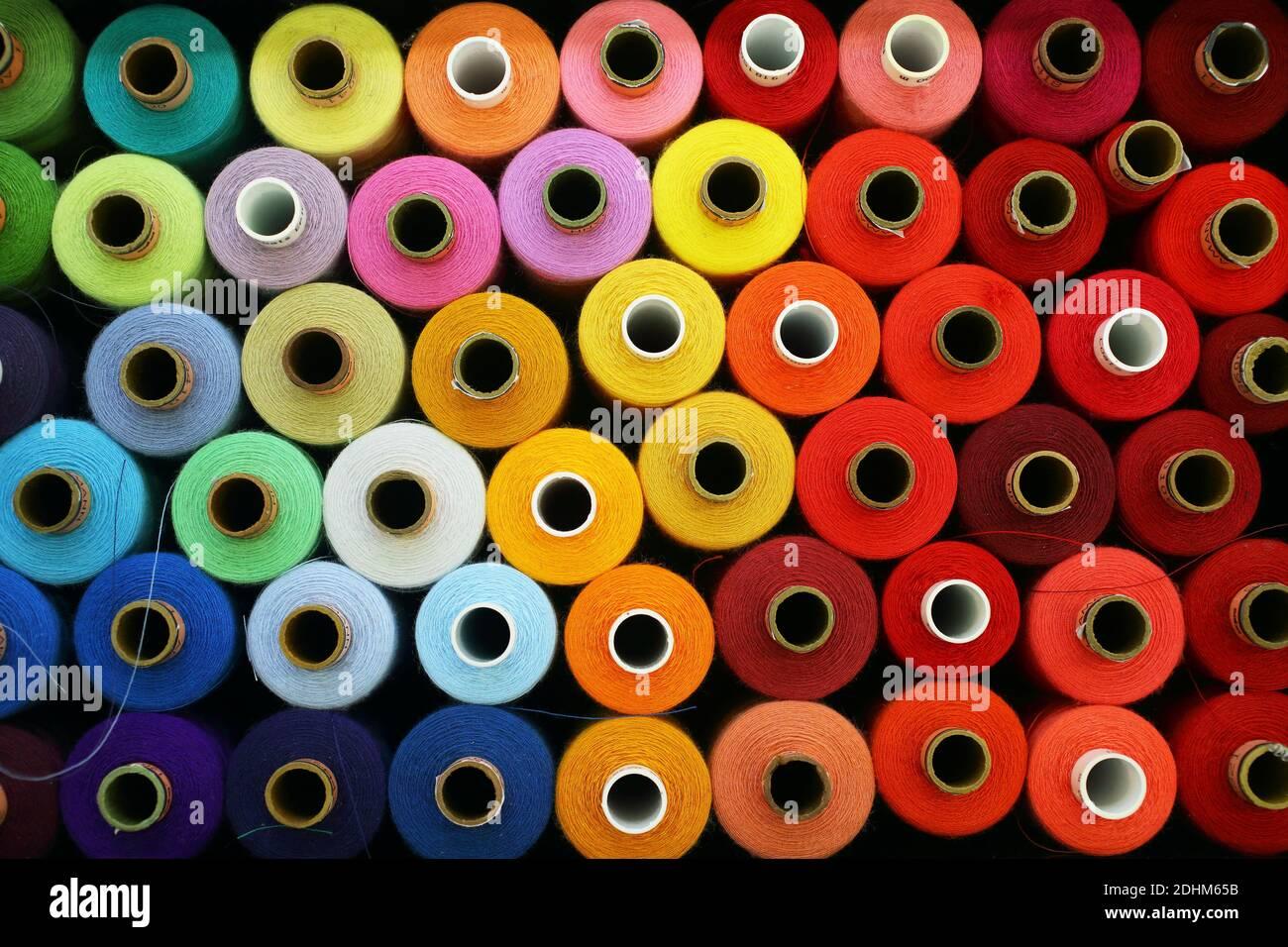 Gran cantidad de hilo de costura de diferentes colores en John Smedley in Derbyshire, Reino Unido Foto de stock