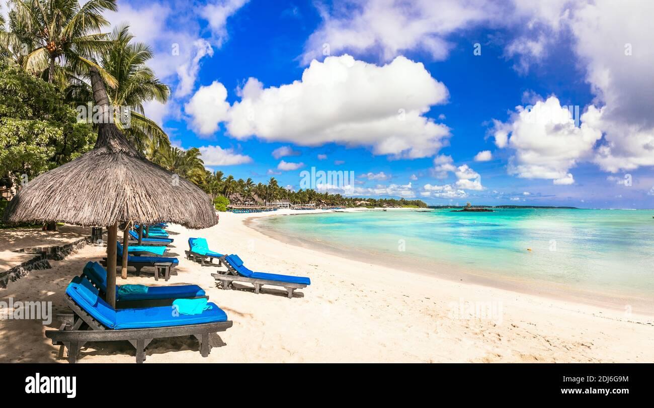 Vacaciones tropicales relajantes. Paisajes de playa. Complejos turísticos de la isla Mauricio, playa Belle Mare Foto de stock