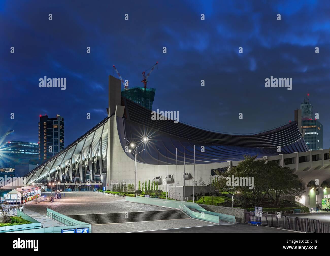 tokio, japón - noviembre de 02 2019: Vista nocturna del gimnasio nacional Yoyogi diseñado por Kenzo Tange en el parque Yoyogi donde se celebraron los Juegos Olímpicos de 1964 Foto de stock