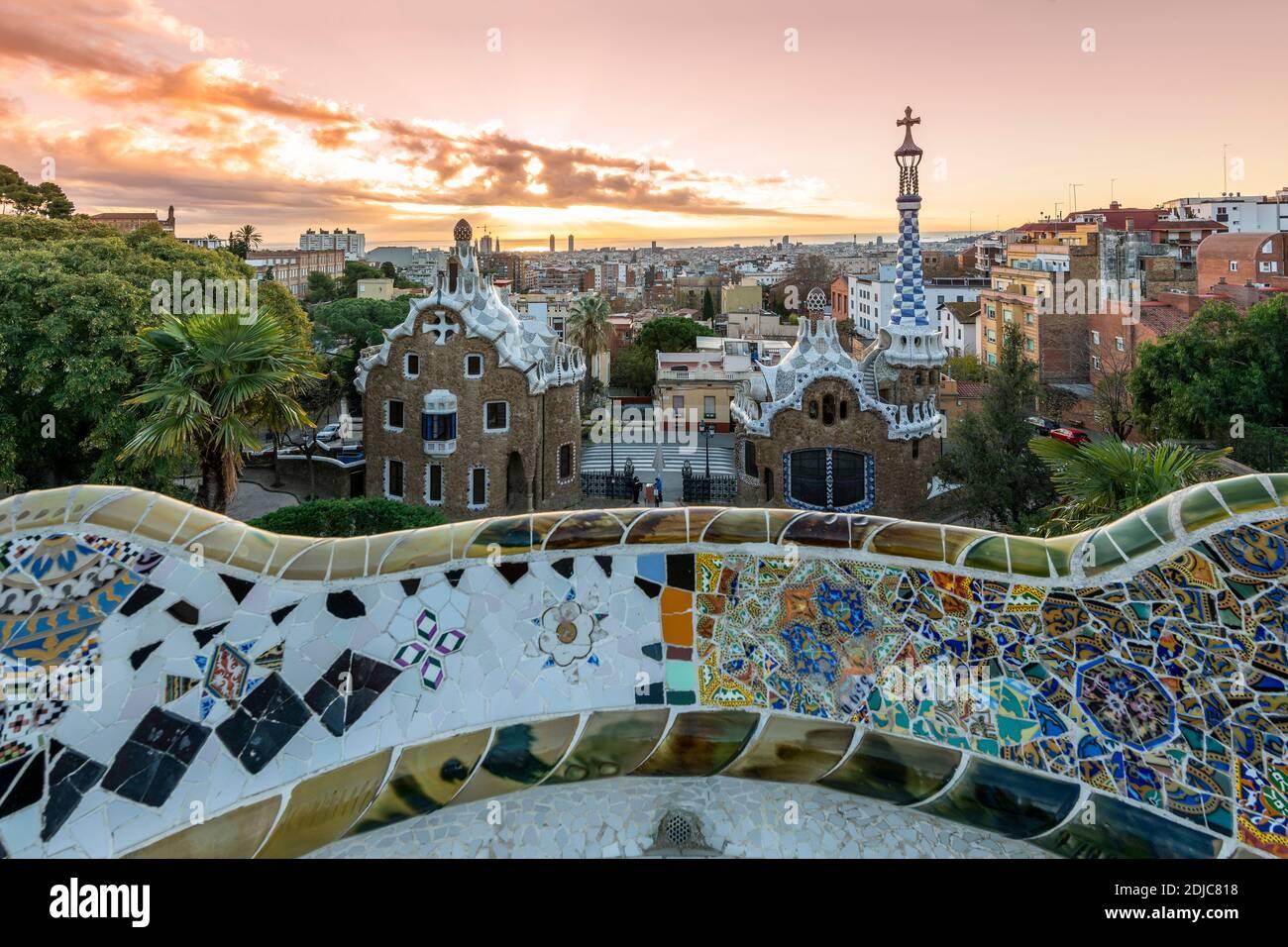 Park Guell y el horizonte de la ciudad al amanecer, Barcelona, Cataluña, España Foto de stock