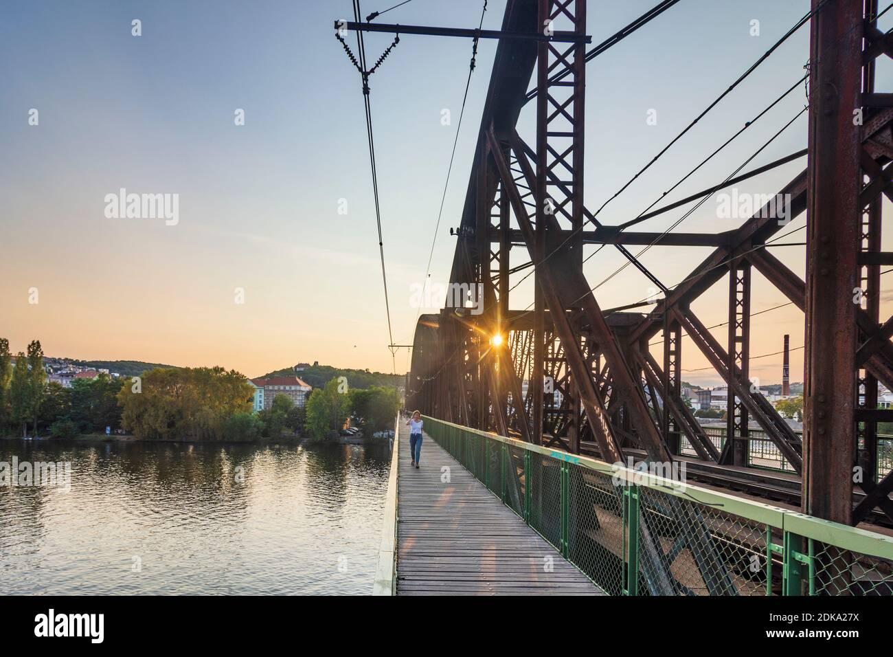 Praha, río Vltava (Moldau), puente ferroviario en Vysehrad, vista al norte, persona caminando en Vltava, Moldau, Praha, Prag, Praga, Checo Foto de stock