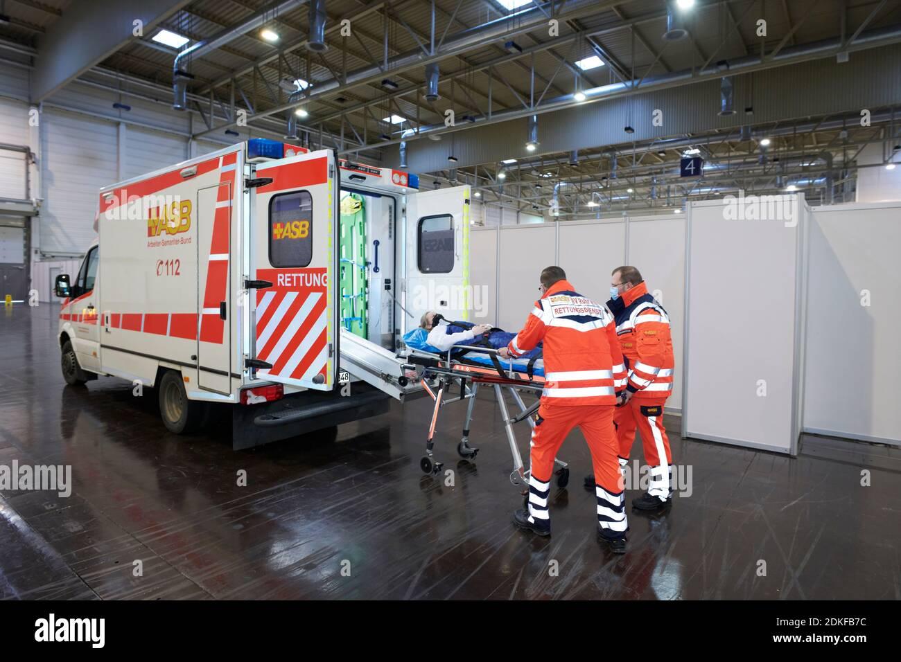 Covid19 Impfzentrum der Stadt Essen in einer Messehalle eingerichtet mit Beteilingung verschiedenster Hilfsorganizationen Foto de stock