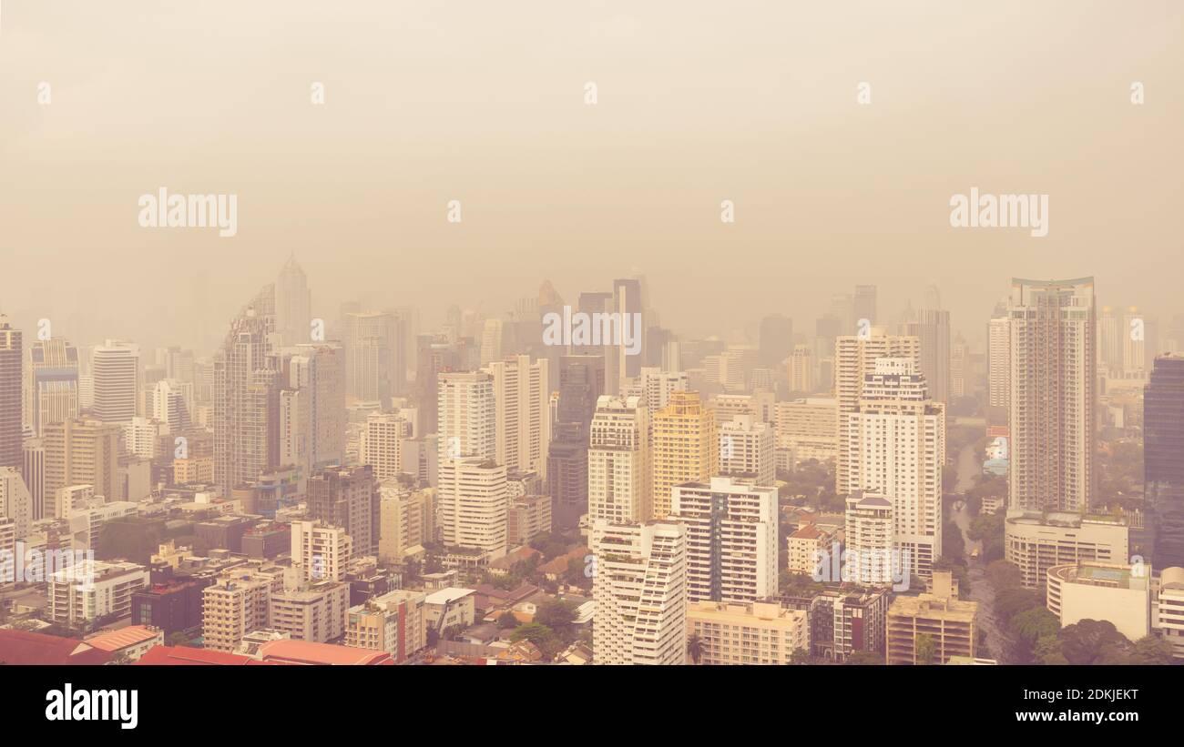Paisaje urbano de edificios de gran altura en la mañana de mal tiempo, la neblina de la contaminación cubre la ciudad Foto de stock