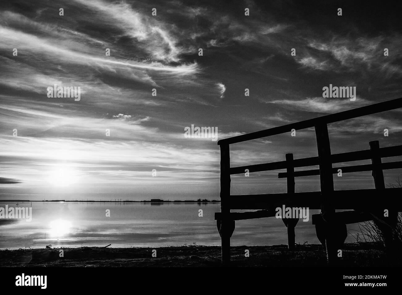 Silhouette Footbridge contra el cielo durante la puesta de sol Foto de stock