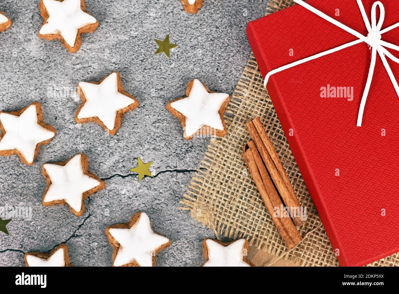 Galletas de Navidad esmaltadas en forma de estrella alemana llamadas 'Zimtsterne' hechas con amondes, claras de huevo, azúcar, canela y harina Foto de stock