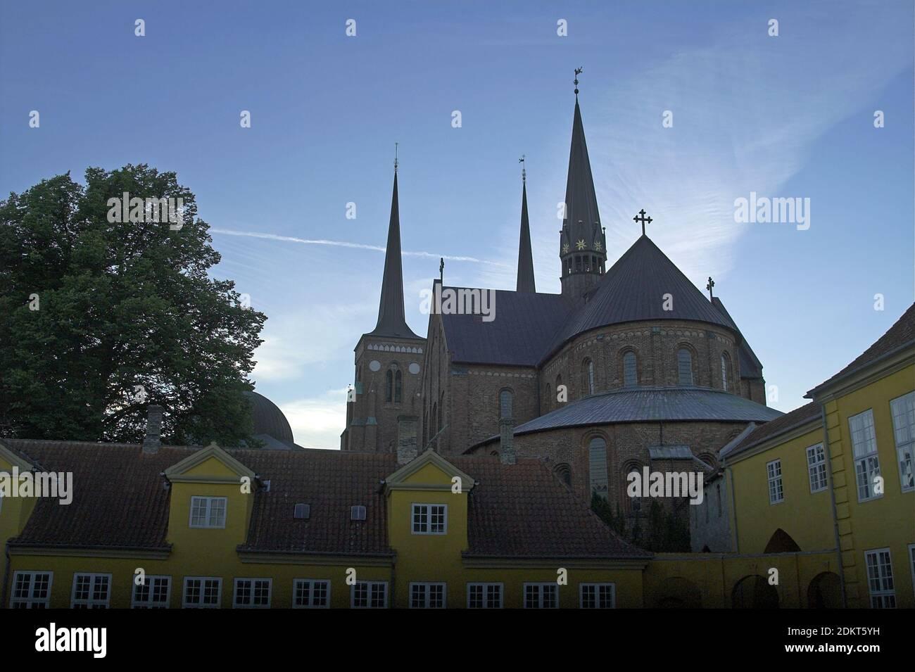 Roskilde, Dinamarca, Dänemark: La catedral desde el lado del ábside contra el fondo del cielo nocturno. Die Cathedrale von der Seite der Apsis Foto de stock