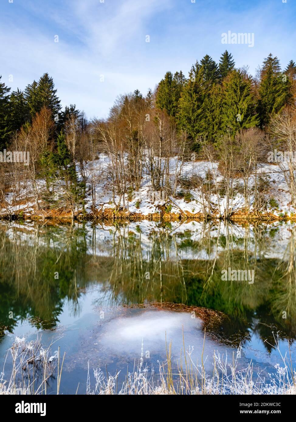 Dejar la mañana en el lago Mrzla vodica en el condado de Gorski Kotar En Croacia Europa parche de hielo hielo superficie de agua es aún visible Foto de stock
