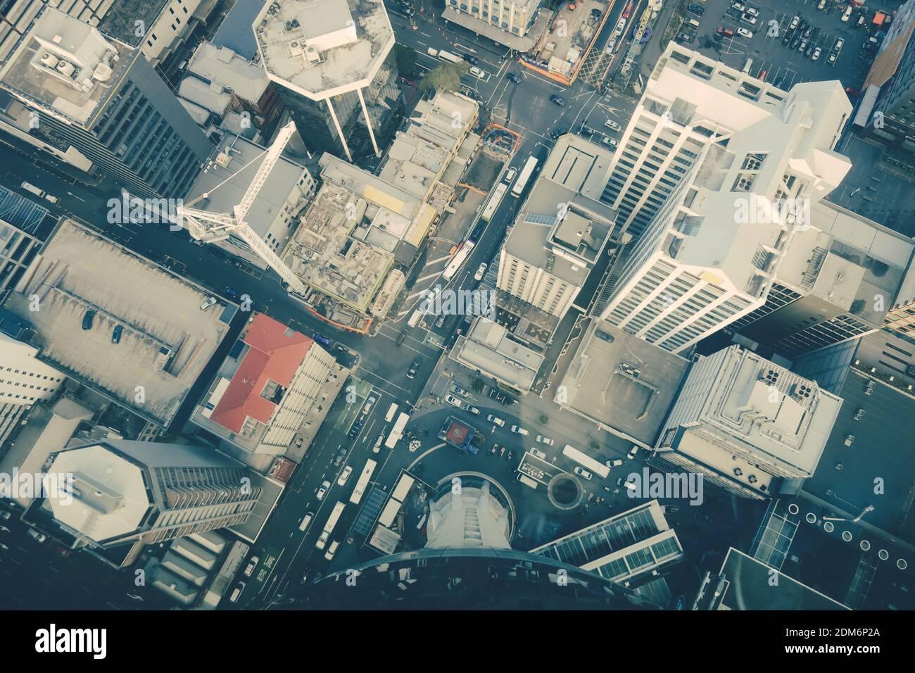Un alto ángulo de visualización de la calle en medio de los edificios en la ciudad Foto de stock