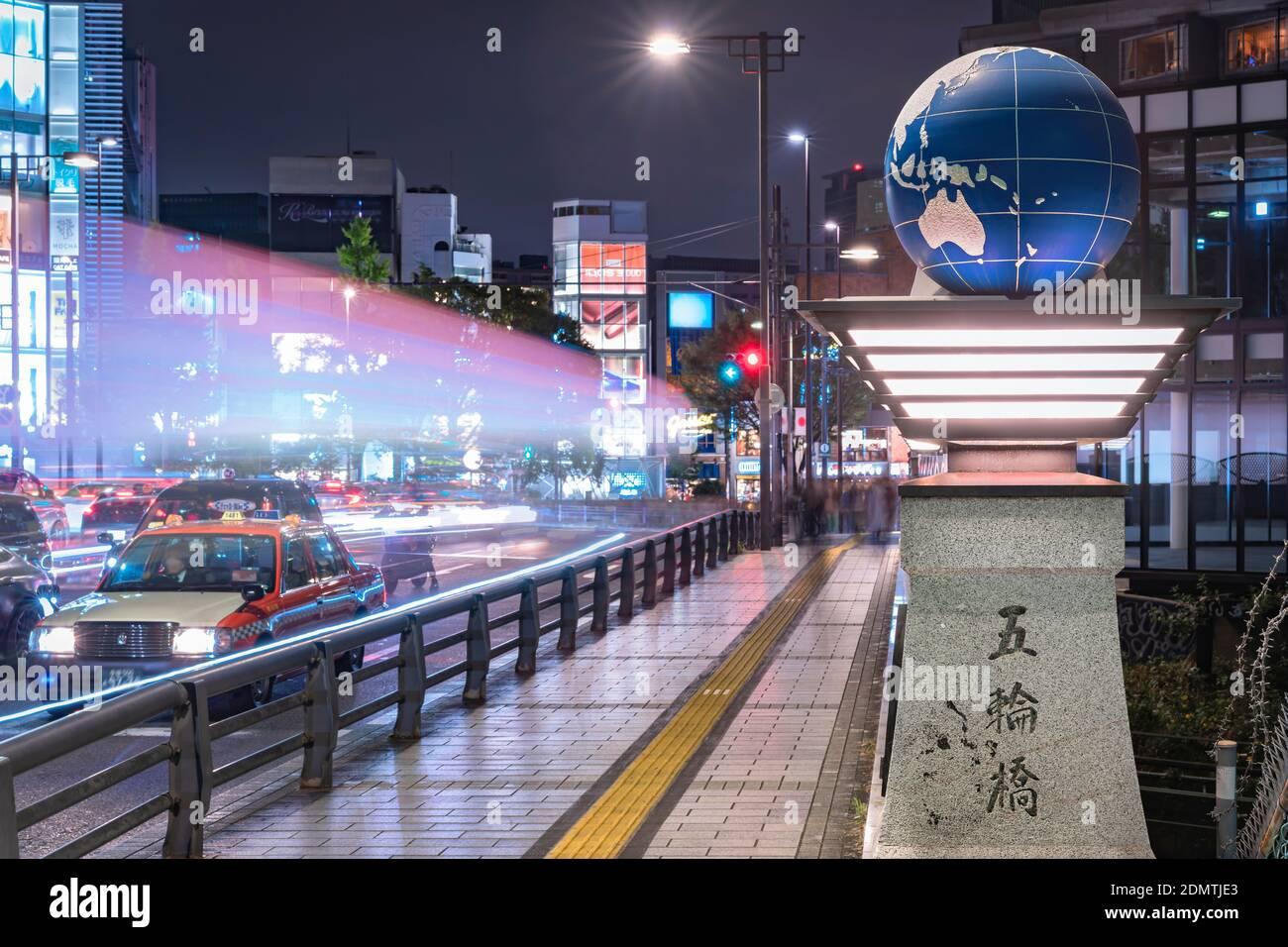 tokio, japón - noviembre de 02 2019: Faros de coches encendiendo el puente olímpico llamado Gorinbashi creado para las Olimpiadas de Verano de 1964 en el distrito de Harajuku Foto de stock