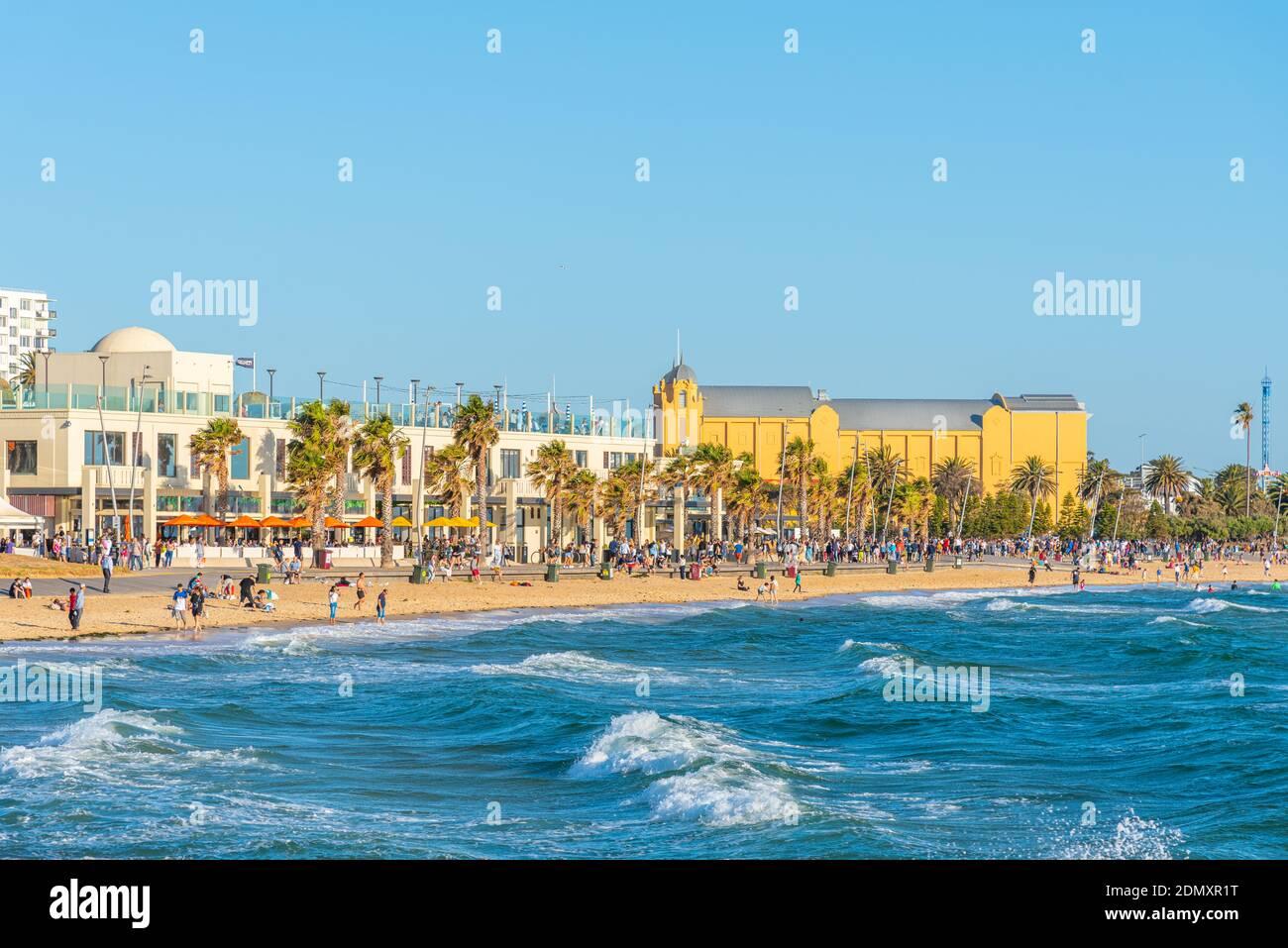 MELBOURNE, AUSTRALIA, 1 DE ENERO de 2020: La gente está disfrutando de un día soleado en una playa en St. Kilda, Australia Foto de stock