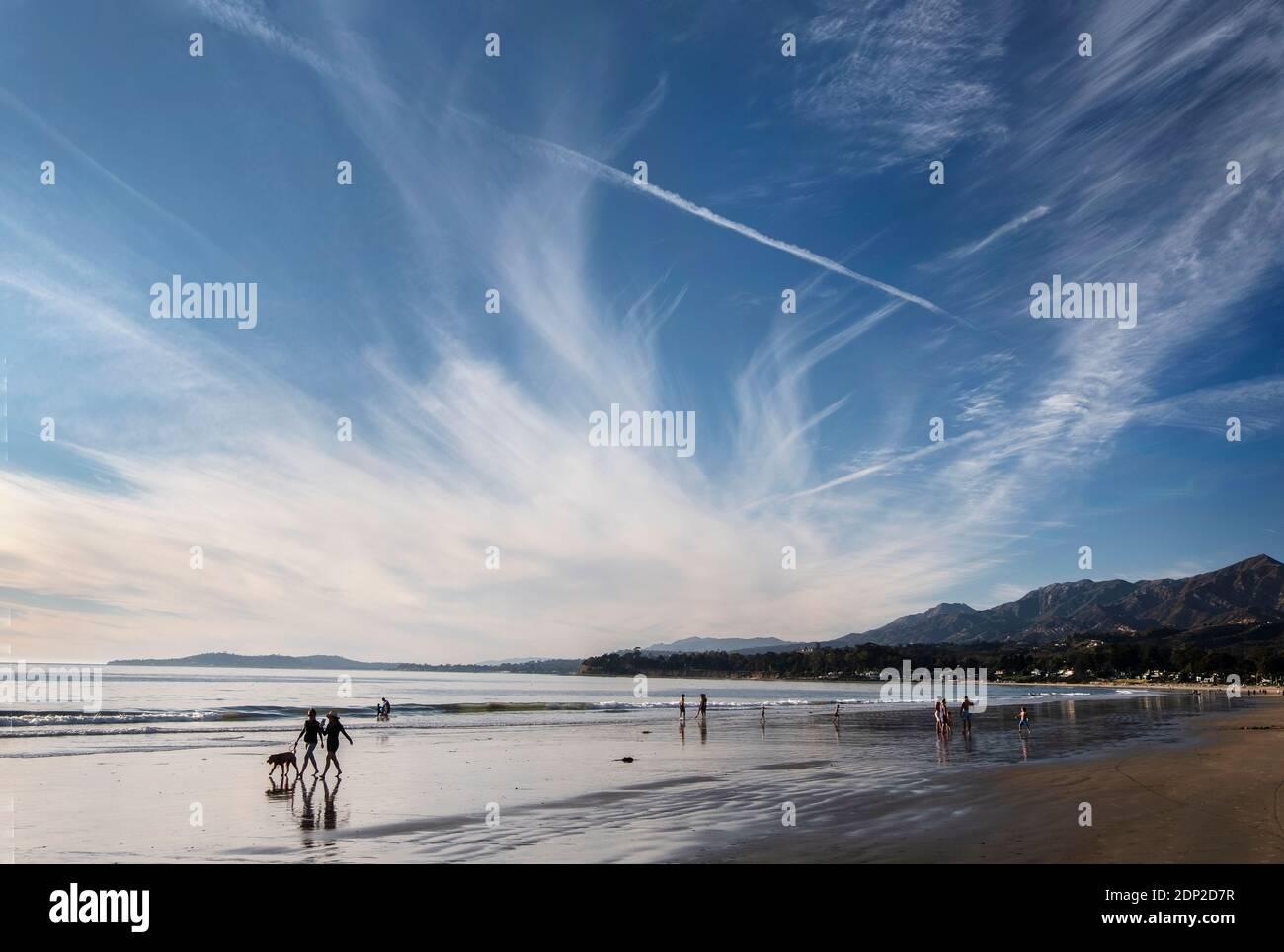 Playa de invierno en marea baja cerca de Carpinteria Sur de california Foto de stock