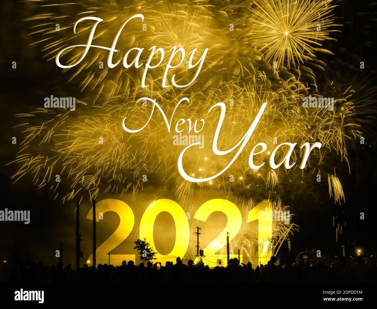 Feliz año nuevo 2021 tarjeta en un fondo de fuegos artificiales de oro Foto de stock