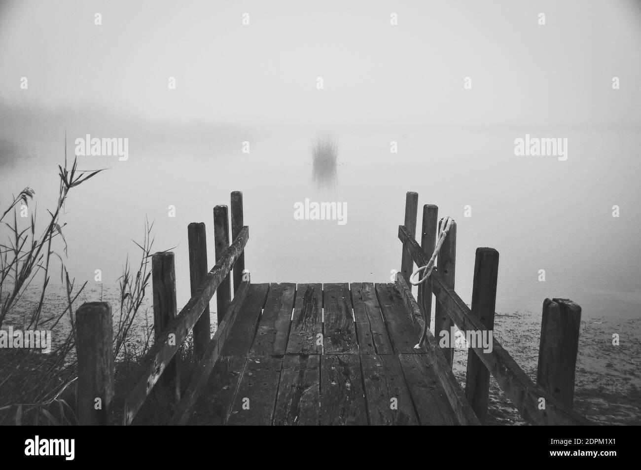 Muelle de madera sobre el mar contra el cielo Foto de stock