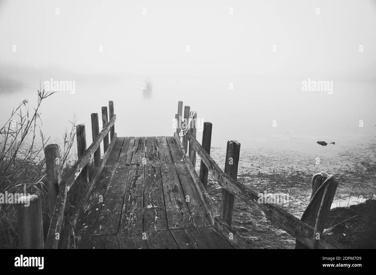 Postes de madera en el mar contra el cielo durante el invierno Foto de stock