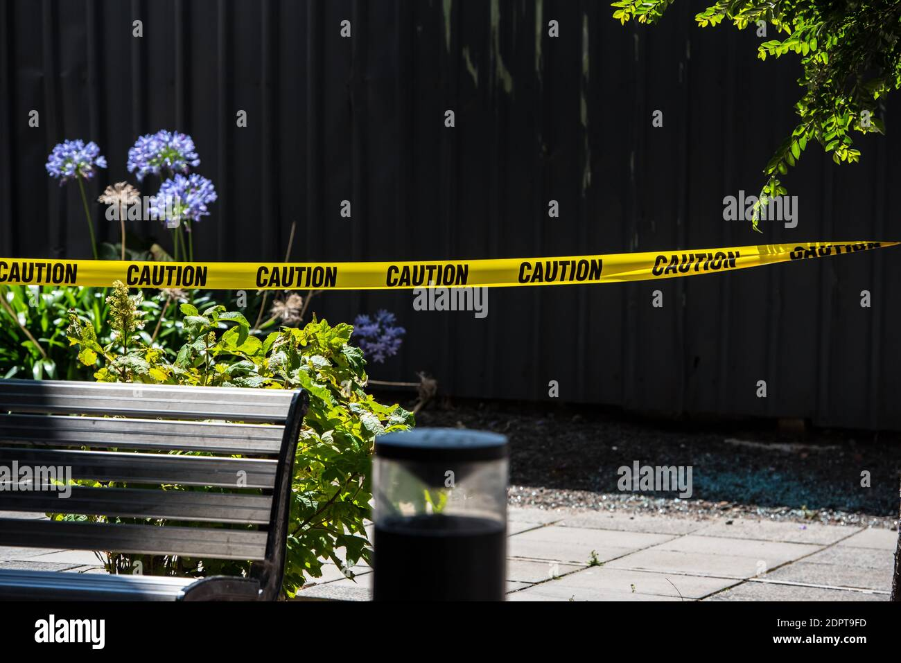 """Melbourne, Australia. 19 de diciembre de 2020. La policía acordonó la escena del crimen donde se encontró un rastro de sangre.SE encontró A un hombre con graves lesiones en las manos y después de una investigación policial se encontró que era un """"incidente médico"""" donde las heridas eran informes de la policía autoinfligidos. Crédito: SOPA Images Limited/Alamy Live News Foto de stock"""