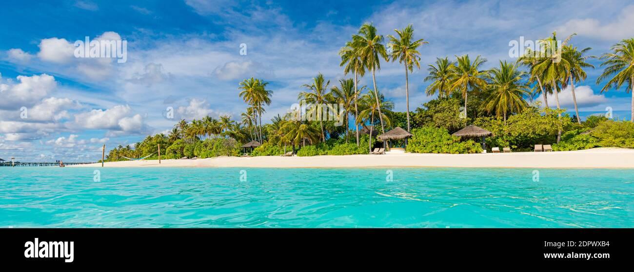 Playa tropical, Maldivas. Camino de embarcadero hacia la tranquila isla paradisíaca. Palmeras, arena blanca y mar azul, vacaciones de verano perfecto paisaje Foto de stock