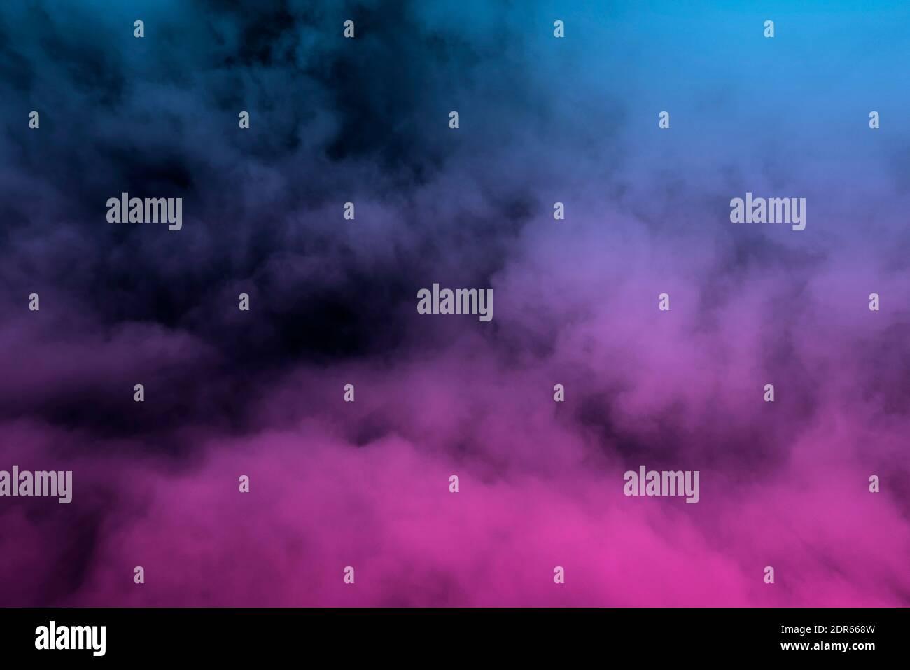 Niebla de color brillante, vapor azul y rosa como textura o fondo Foto de stock