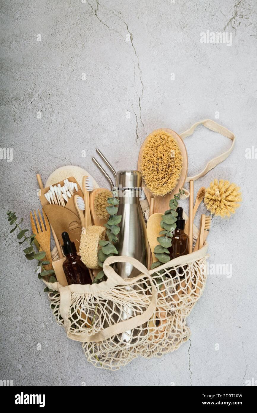 Conjunto de productos ecológicos sobre fondo de hormigón gris. Estilo de vida sostenible. Concepto sin plástico. Plano, vista superior, maqueta Foto de stock