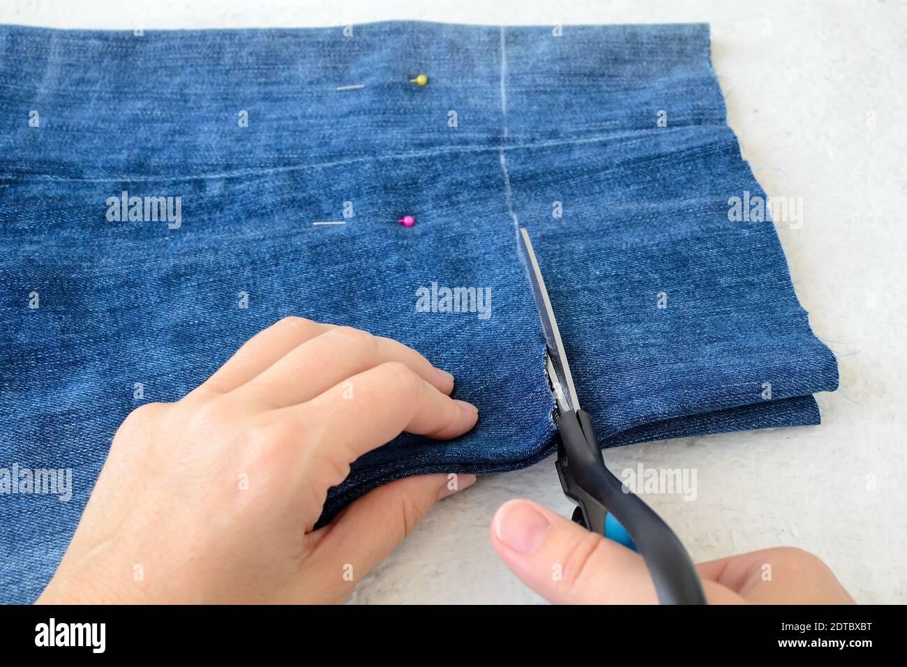 Pantalones Cortos De Mezclilla De Jean Azul Roto Fotos E Imagenes De Stock Alamy