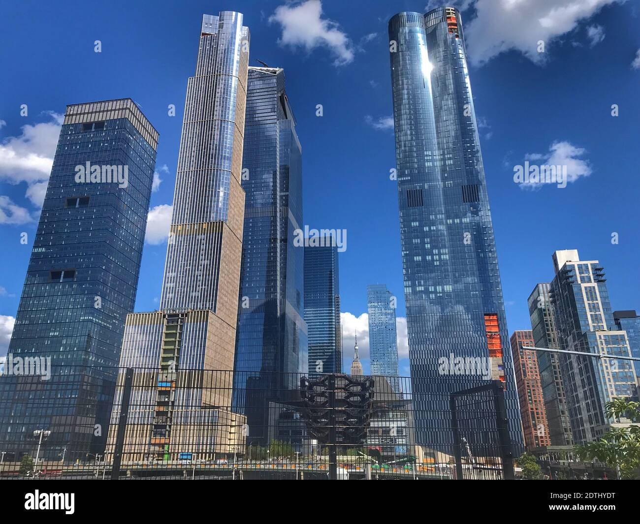 Ángulo de visión baja de los edificios contra el cielo Foto de stock