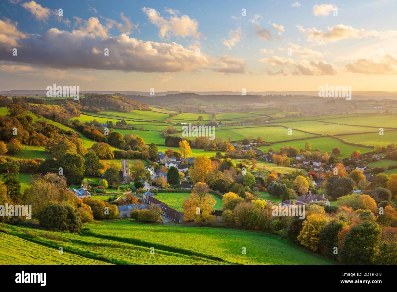 Ver en otoño sobre el pueblo de Corton Denham y el campo al atardecer, Corton Denham, Somerset, Inglaterra, Reino Unido, Europa Foto de stock