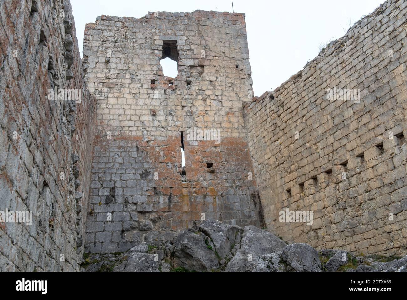 Cathar castillo de Montsegur en Ariege, Occitanie en el sur de Francia. Foto de stock