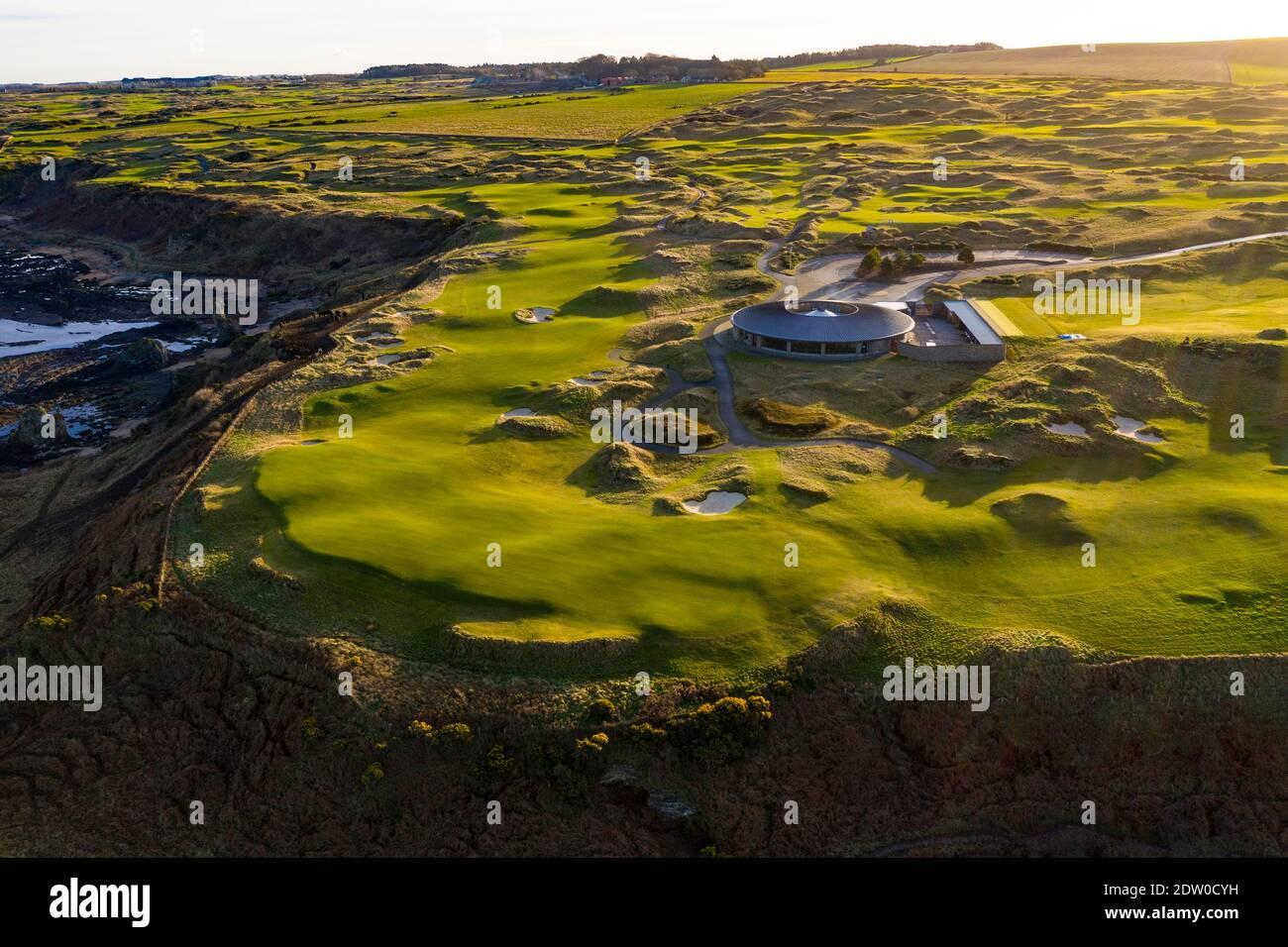 Vista aérea de los enlaces de golf del campo Castle en las afueras de St Andrews en Fife, Escocia, Reino Unido Foto de stock