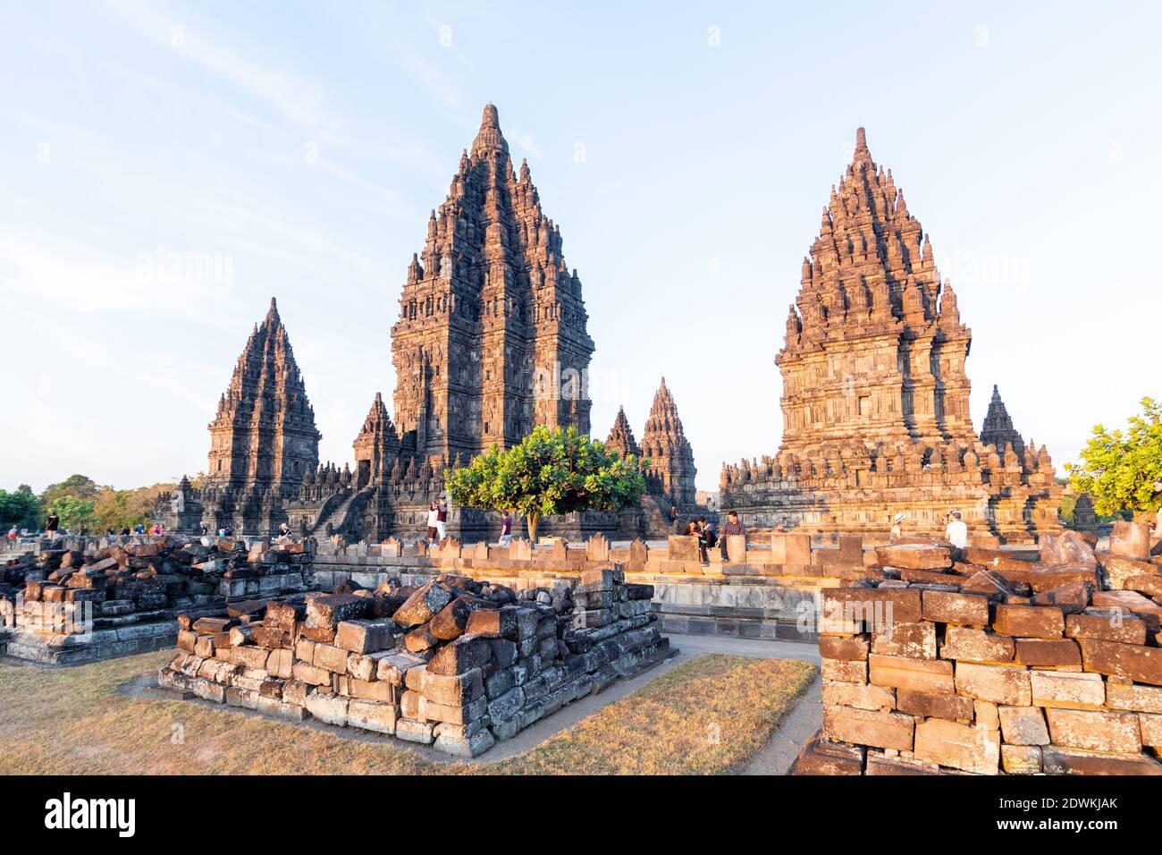 Antiguos templos hindúes en el complejo del Templo Prambanan en Java, Indonesia Foto de stock