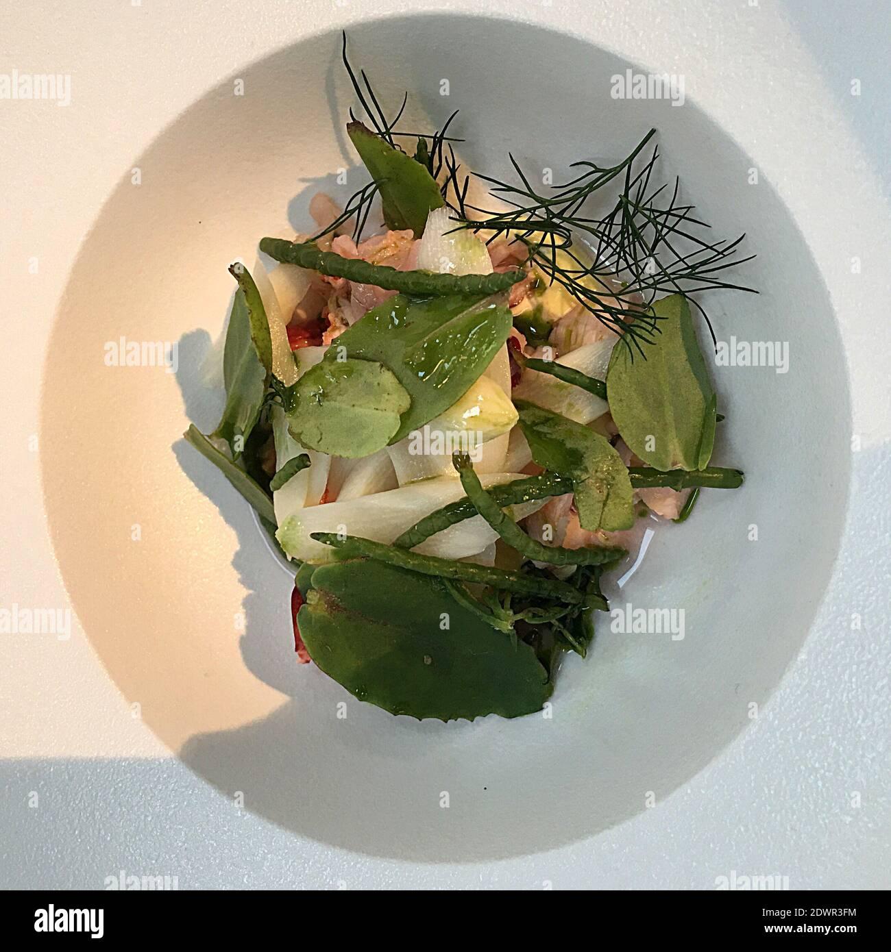 Close-up de verduras en la placa en la tabla Foto de stock