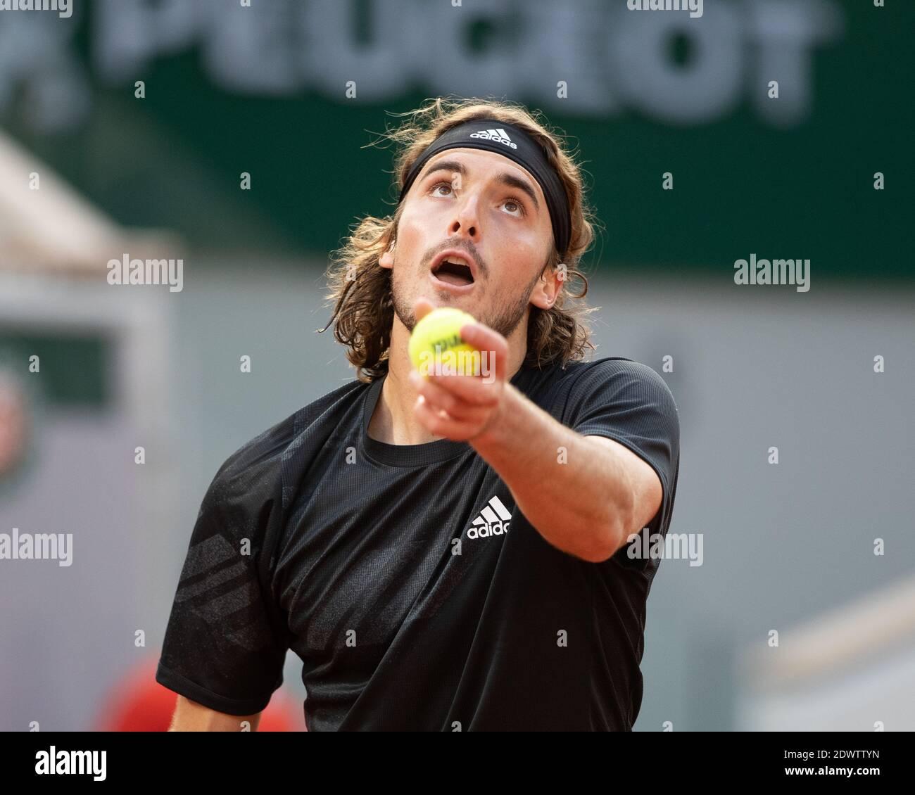 El tenista griego Stefanos Tsitsitas jugando un servicio durante un partido en el French Open 2020, París, Francia, Europa. Foto de stock
