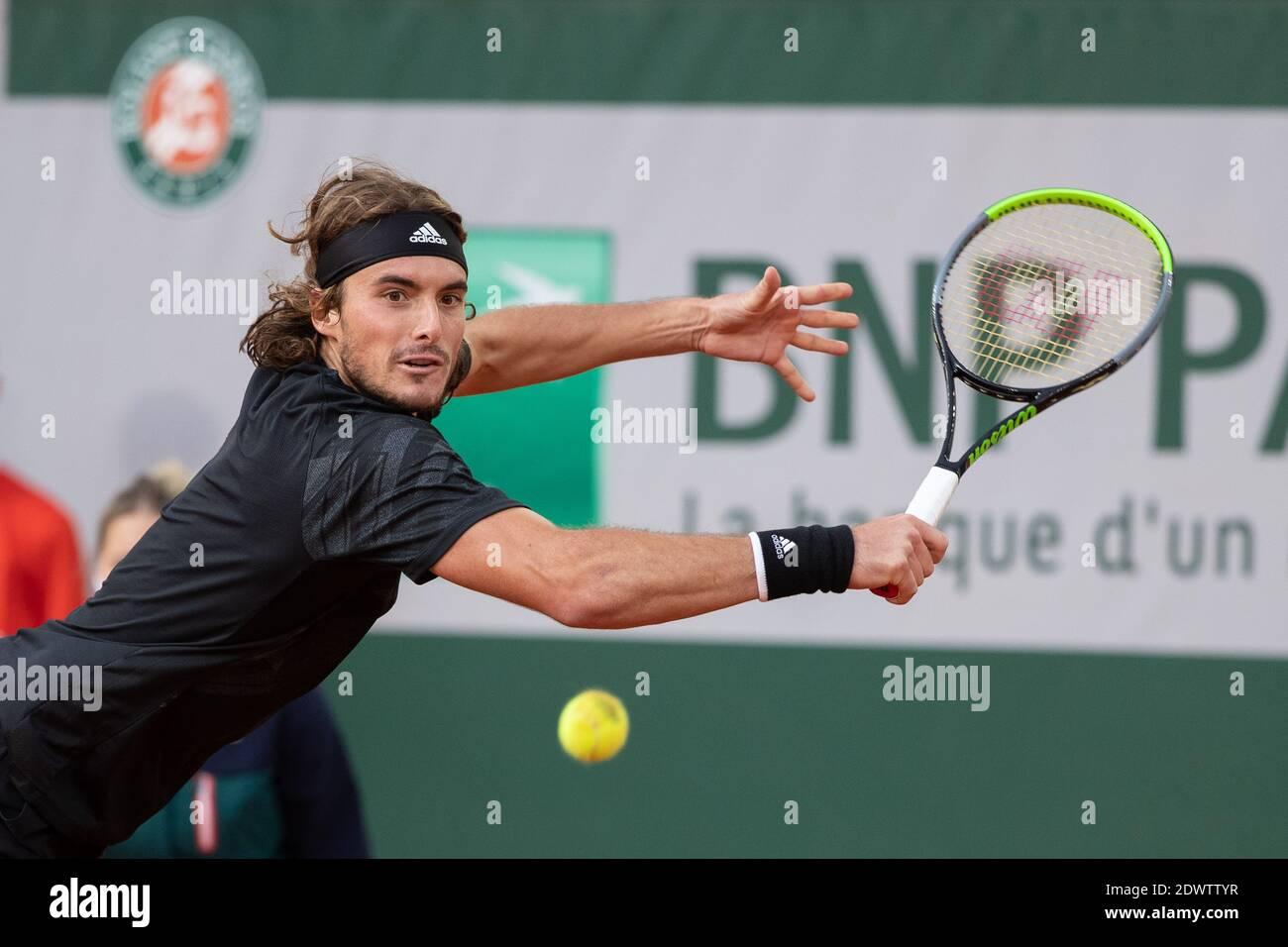 El tenista griego Stefanos Tsitsitas jugando una mano durante el Abierto de Francia 2020, París, Francia, Europa. Foto de stock
