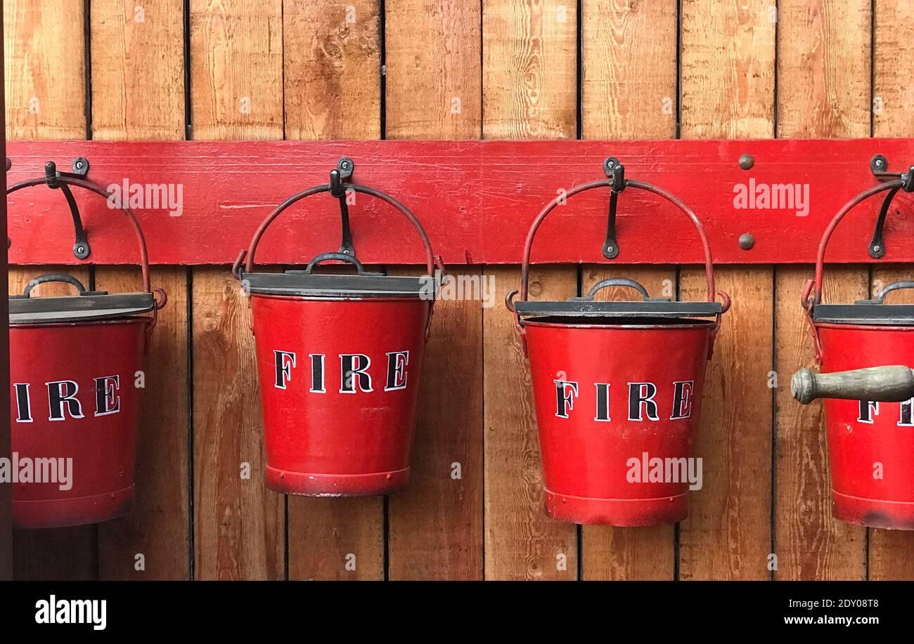 Primer plano de los cucharones contra incendios Foto de stock