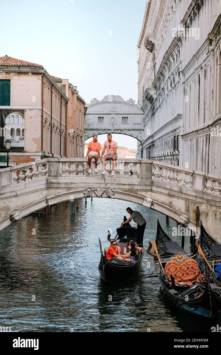 Italia Venecia, ciudad casi vacía de Venecia durante el verano de 2020 con el auge de la pandemia de covid 19 en Italia. Europa Venzia, pareja en viaje por la ciudad de Venecia Italia Foto de stock