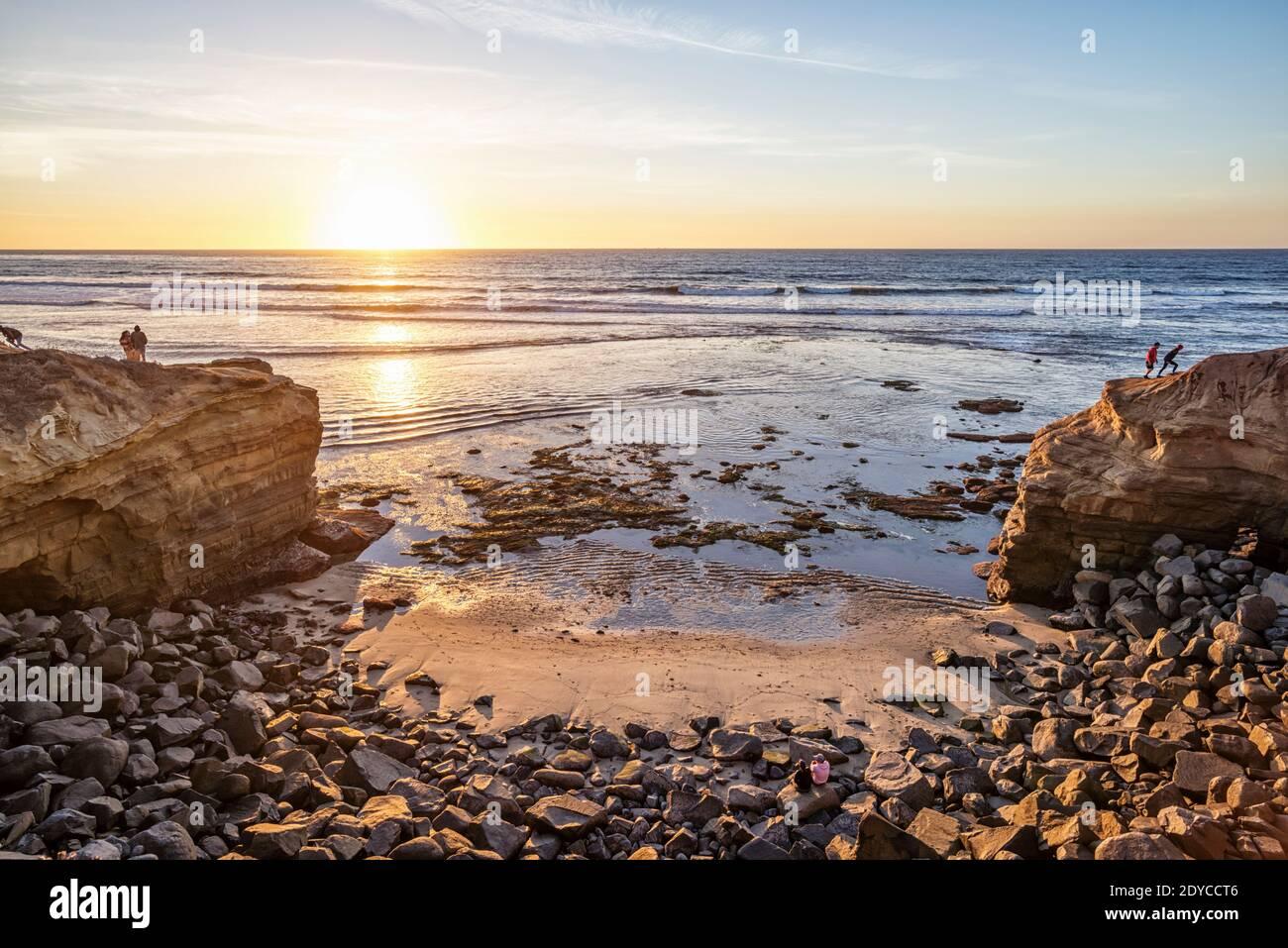 Invierno por la tarde escena costera en el Parque Natural Sunset Cliffs. San Diego, California, Estados Unidos. Foto de stock