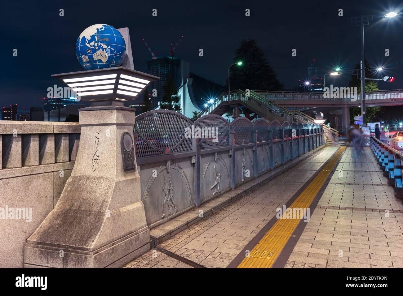 tokio, japón - noviembre 02 2020: Vista nocturna del puente olímpico llamado Gorinbashi en el distrito de Harajuku creado para los Juegos Olímpicos de 1964 y coronado b Foto de stock