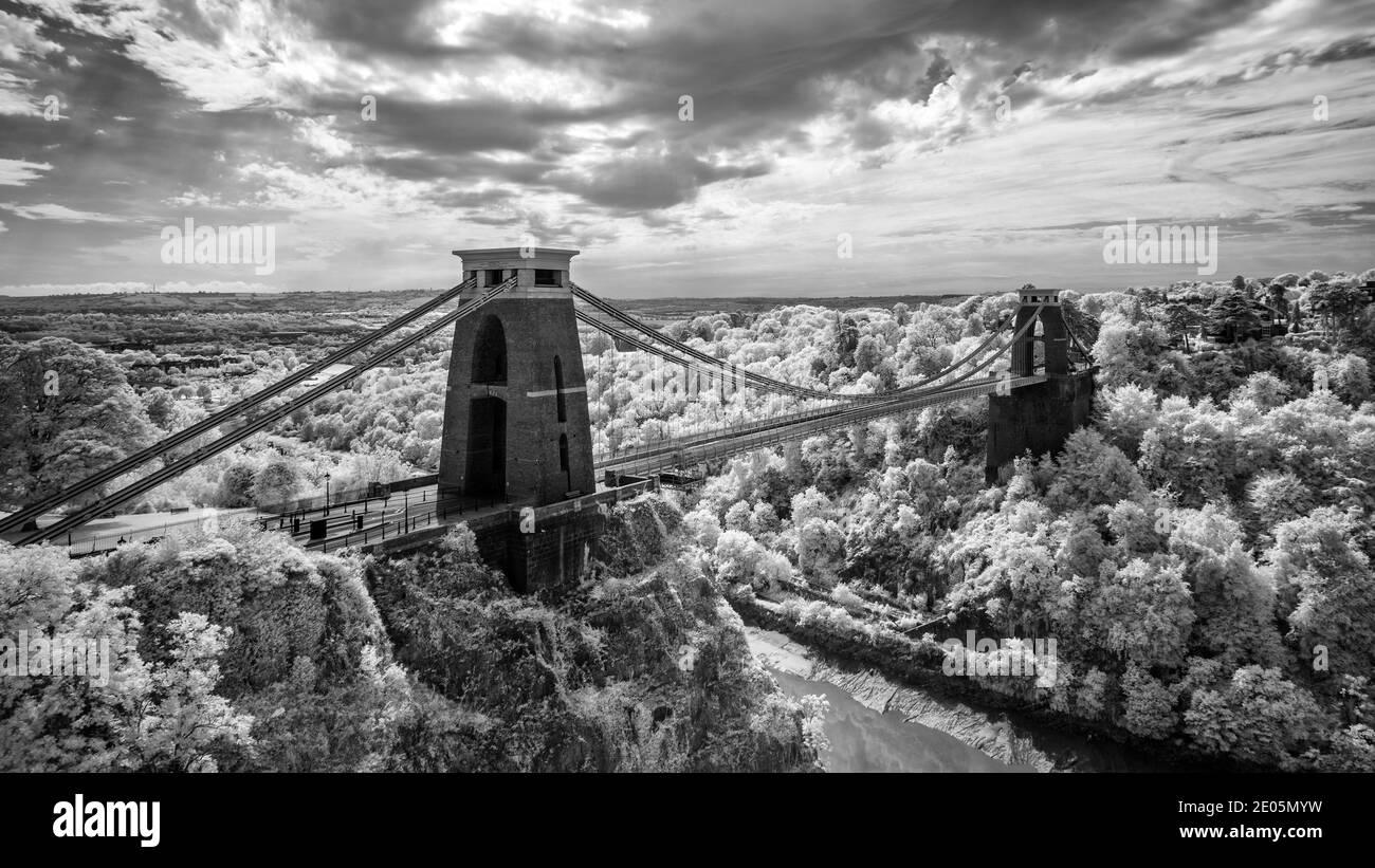 Clifton Suspension Bridge representado en el Monocromo Infra Red. El puente colgante de Clifton es un puente colgante que atraviesa el río y la garganta de Avon. Foto de stock