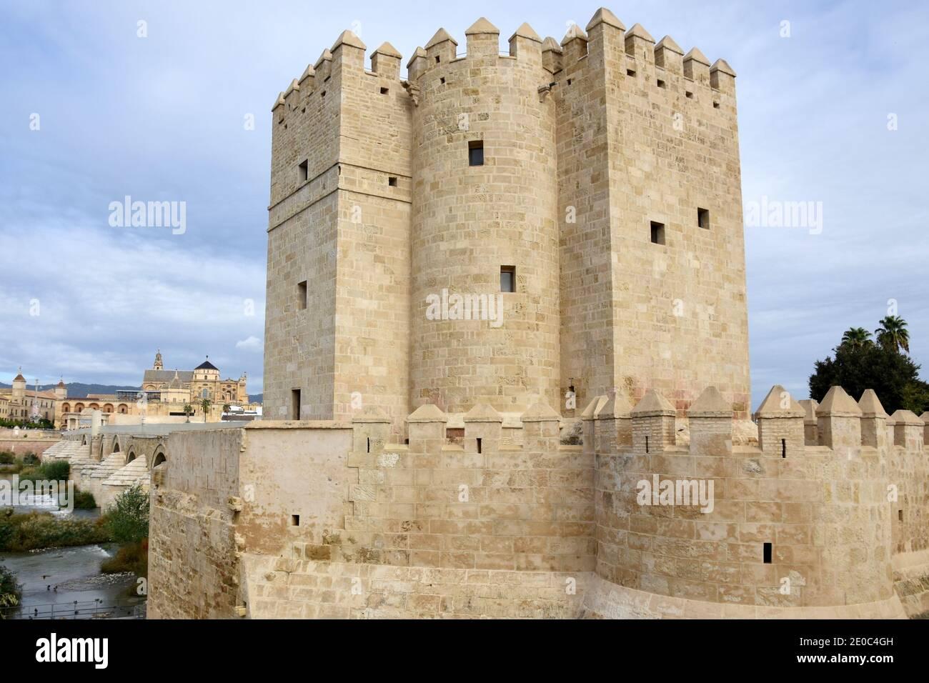 España, Córdoba, la torre de Calahorra es una puerta fortificada, construida en el siglo 12 para proteger el puente romano, fue declarada monumento histórico. Foto de stock