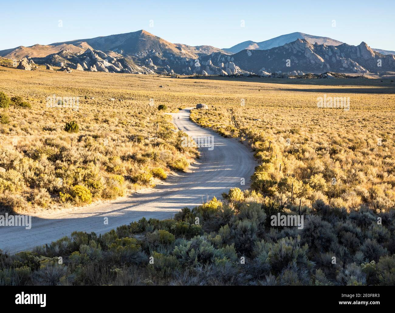 South Twin Sister Road como serpentea a través del cepillo de la maleza hacia la Reserva Nacional de City of Rocks propiamente dicho, Idaho, EE.UU. Foto de stock