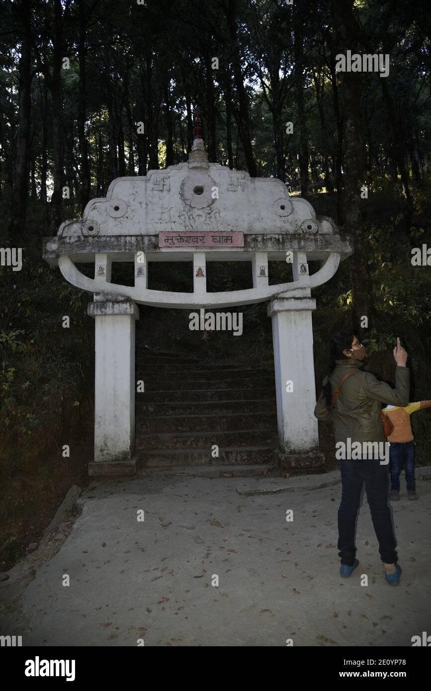 Templo Hindú del Señor Shiva Mukteshwar ubicado en el distrito Nainital del estado de Uttarakhand. Famoso por la Vista del Himalaya y el Señor Shiva Foto de stock
