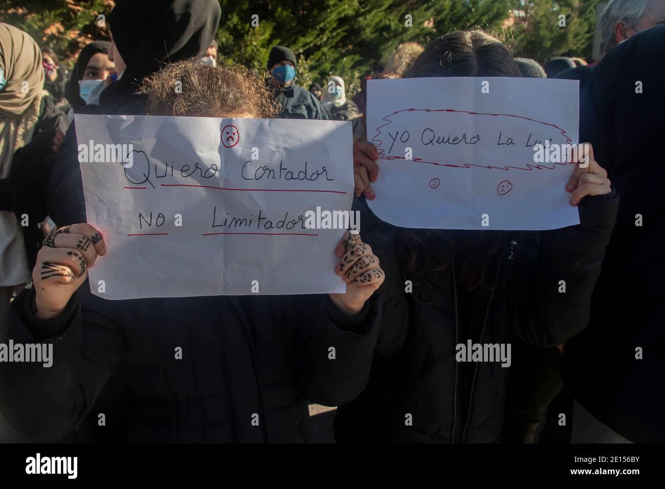 Cientos de residentes de la Cañada Real Galiana se han reunido este lunes frente a la sede en la capital de Naturgy, una empresa que prov Foto de stock