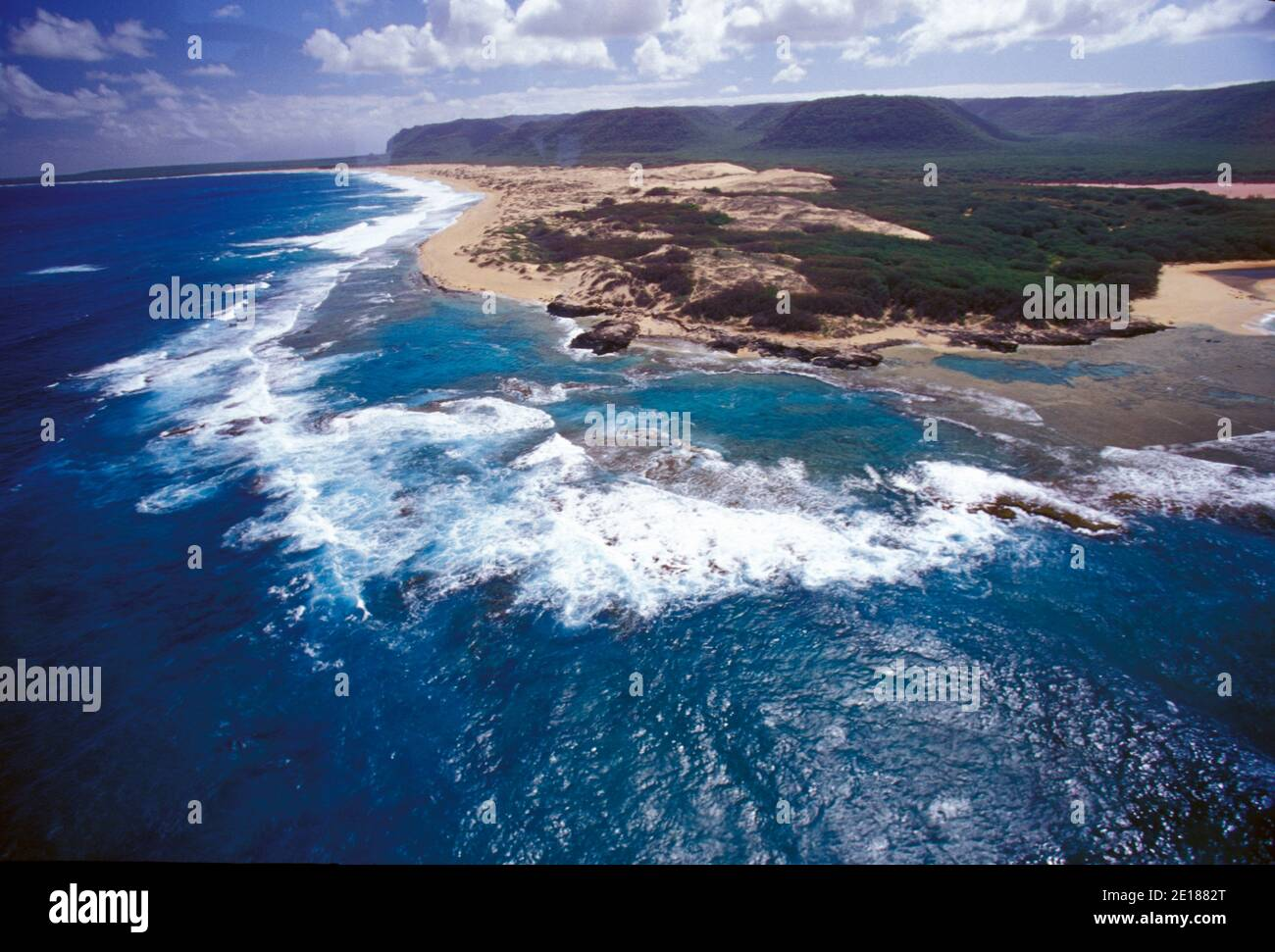 Niihau Coastline seen from the air. Pristine natural coastline, white sand beaches,  reefs, and clear blue water. Foto de stock