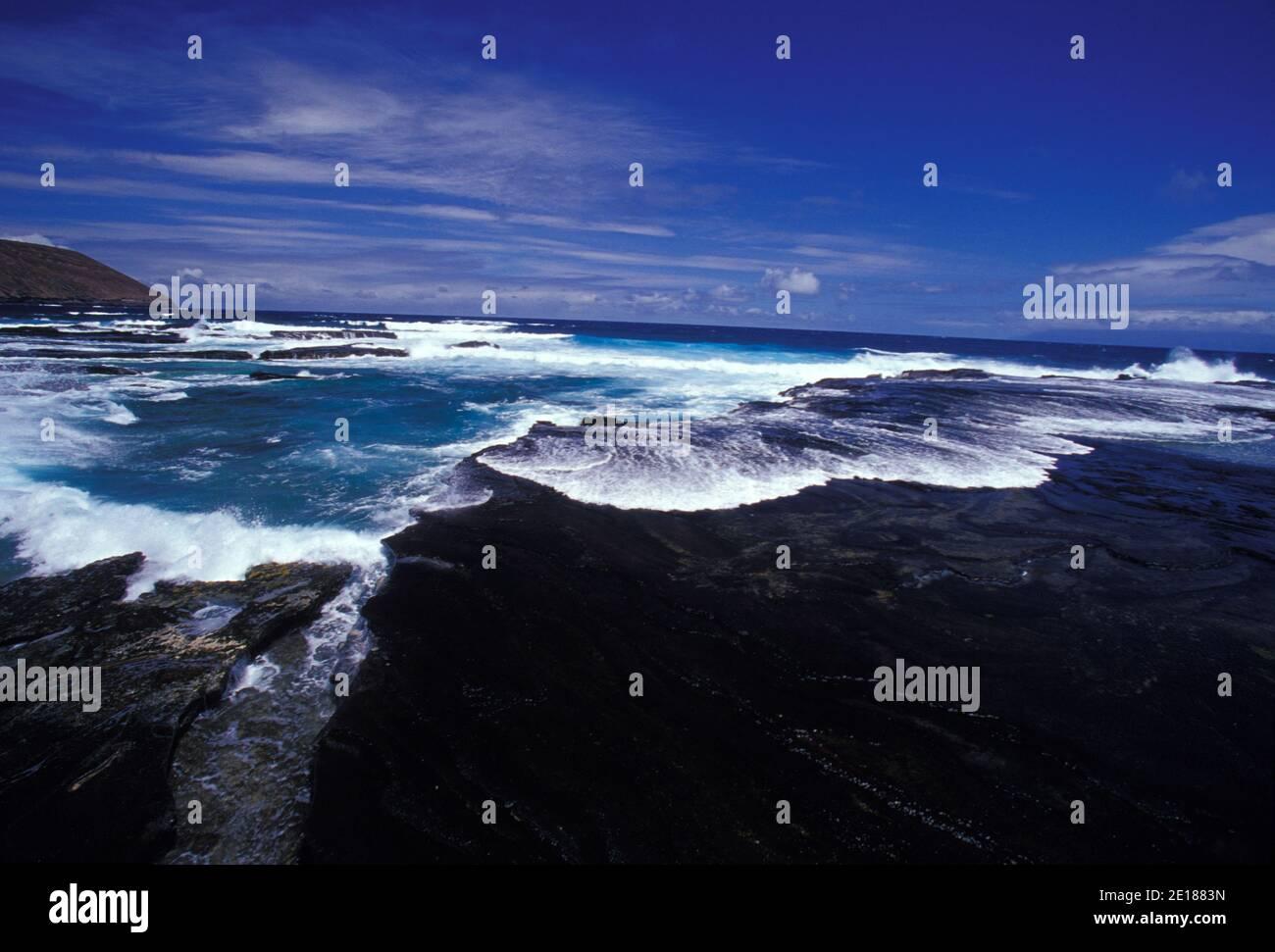 La costa de Niihau. Prístina costa natural, arrecifes, y agua azul clara. Foto de stock